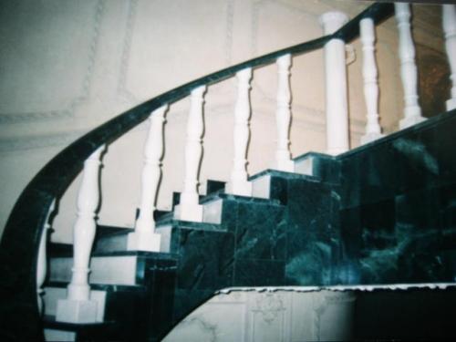 Облицовка лестниц мрамором. Изготовление, установка, монтаж.