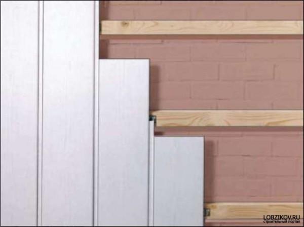 Облицовка стен пластиковыми панелями с обрешеткой