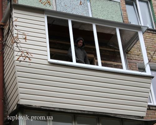 Обшивка балкона сайдингом на Лесном