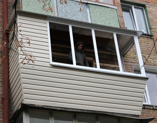 Обшивка балкона сайдингом в киеве