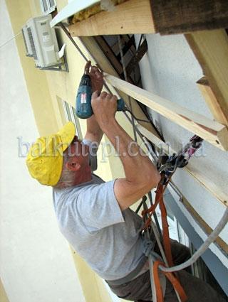 Обшивка балконов вагонкой ПВХ с применением техники промышленного альпинизма. С материалом, с работой.
