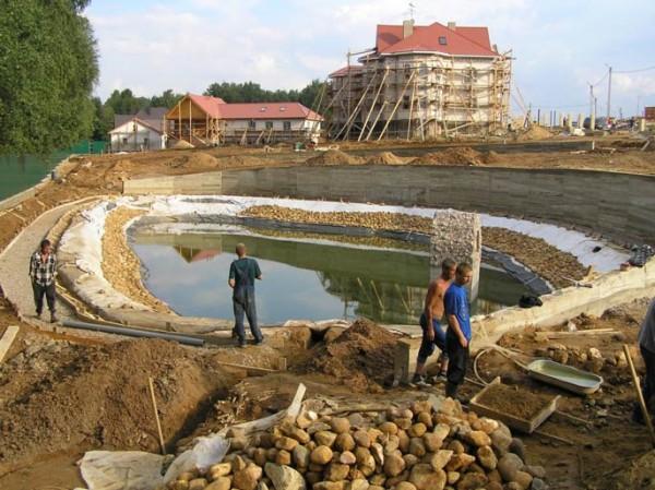 Обустройство чаши водоемов и прудов из бесшовной резины.