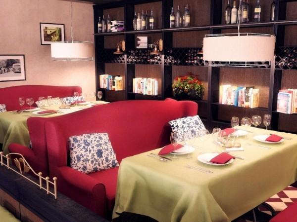Обустройство кафе, баров, ресторанов: диваны, кресла, столы, стулья, предметы интерьера.