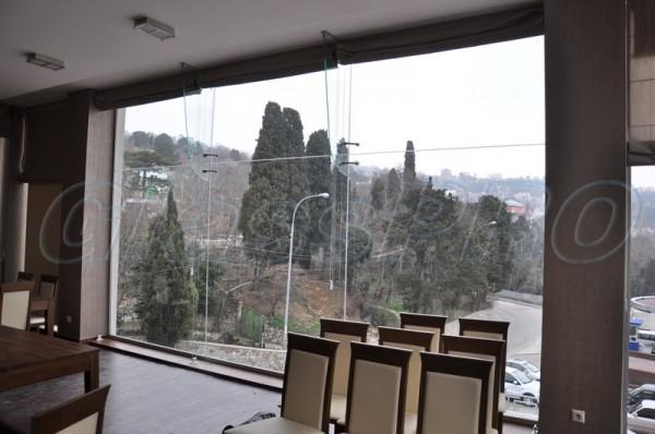 Остекление фасадов и витрины.