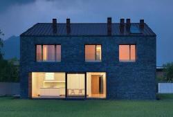 Осуществляет проектирование и строительство под ключ быстровозводимых жилых зданий
