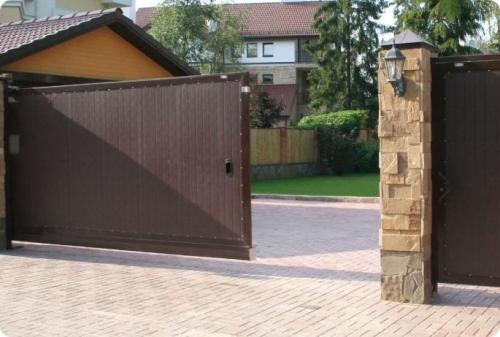 Откатные ворота - наиболее удобное решение для обеспечения въезда-выезда на территорию.