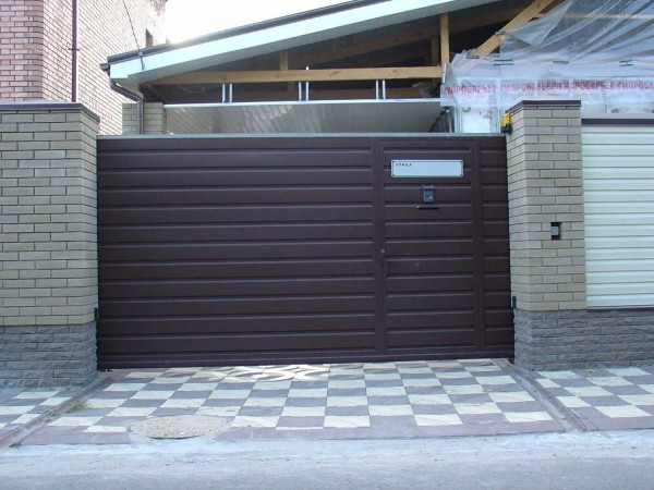 Откатные ворота размером 4,5 х 2м обшитые профлистом. Изготавливаем ворота по вашим размерам. Автоматика для ворот.