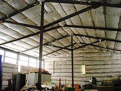 Пеноизол используют для утепления и звуковой изоляции домов, гаражей сладов и т. д