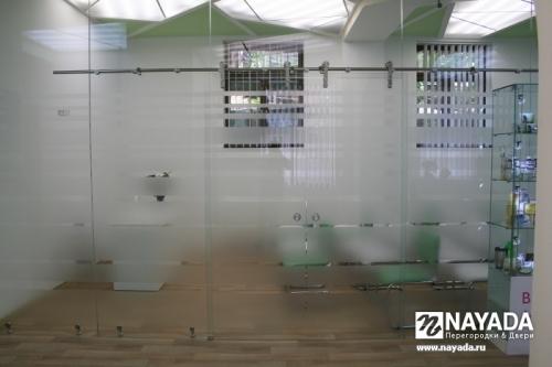 Перегородки Nayada-Crystal из закаленного стекла. Изготовление и монтаж.