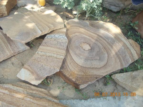 Песчаник коричневый, желтый с узором для наружной и внутренней отделки.