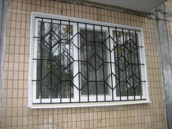 окна с металлическими решетками