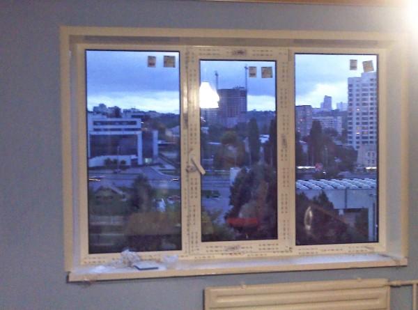 Пластиковые откосы из сэндвич панелей на трехстворчатое окно