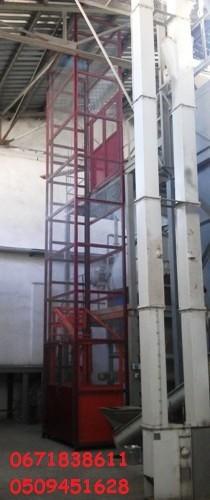 Подъёмник грузовой электрический установка внутри здания.