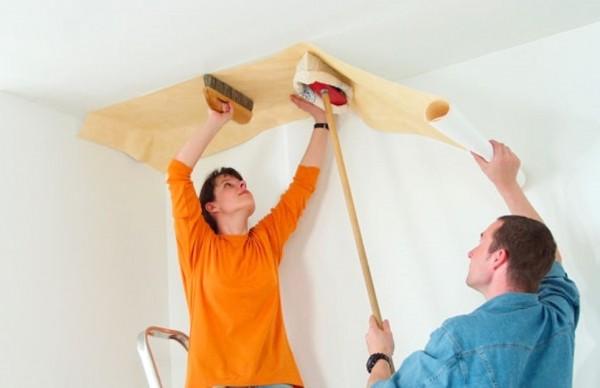 Поклейка обоев на потолок киев