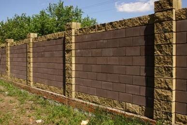 Построив свой шикарный дом, Пора подумать про забор Стоять где будет, как стоять, И как владенья охранять.