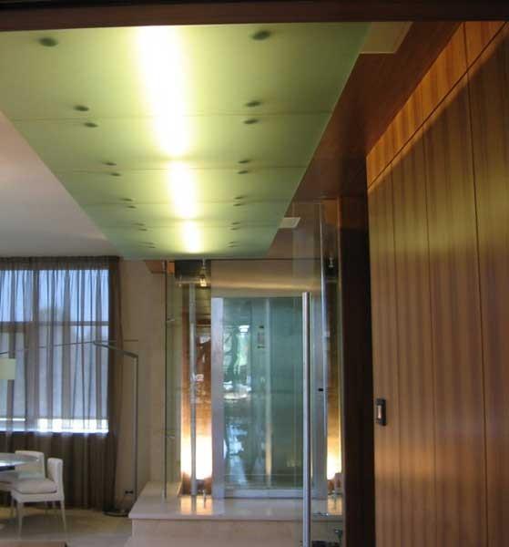 Потолочные панели из стекла и зеркала.