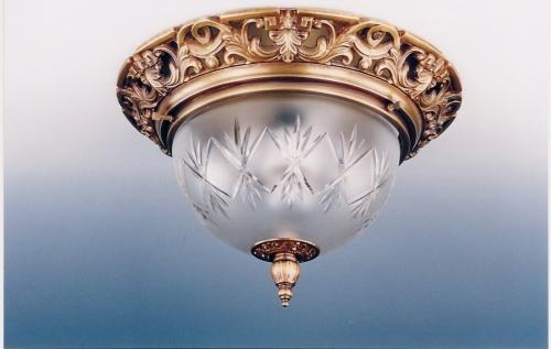 потолочный светильник с бронзовым основанием, на 2 лампы по 40Вт.