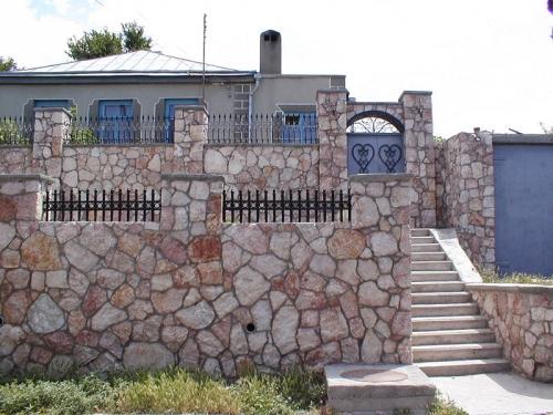 Природный камень, камень природный для строительства заборов, опорных стен, фундаментов. Доставка.