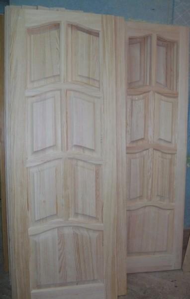 Пропонуємо двері з сосни. Серед хвойних порід дерева найпоширенішою є сосна.