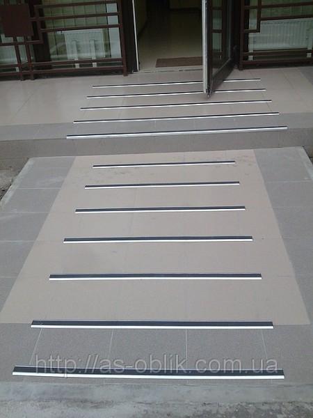 Противоскользящие алюминивые накладки на ступени одинарные