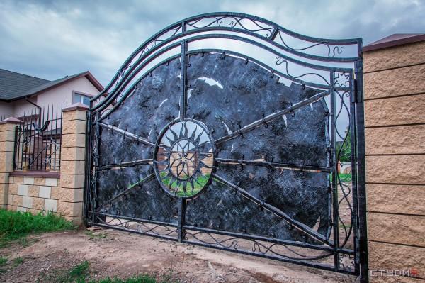 Распашные ворота из металла от кузнечной мастерской Live Metall под заказ в Днепропетровске