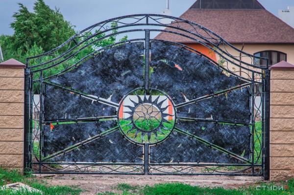 Распашные ворота из металла от кузнечной мастерской Live Metall в Днепропетровске