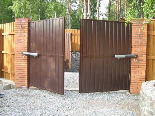 Распашные ворота всех размеров, двухсторонняя зашивка профлистом.