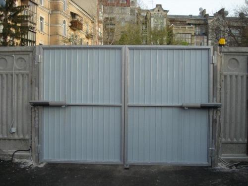 Распашные ворота всех размеров, односторонняя зашивка профлистом.