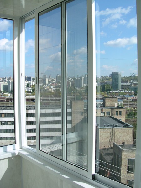 Раздвижные балконы из дерева, алюминия, металлопластика, доступно и надежно.