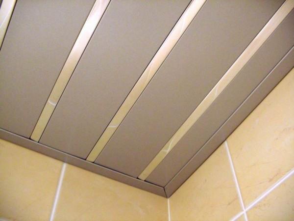 Реечный алюминиевый потолок металлик с зеркальной вставкой (комплектация: рейка, вставка, пристенный профиль, стрингер)