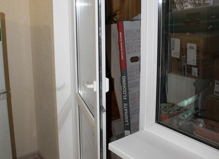 Регулировка пластиковых дверей на балконе