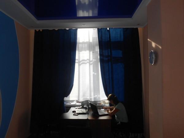Ремонт офиса с использованием ГКЛ, виниловых обоев, сухих смесей Knauf и натяжного потолка.