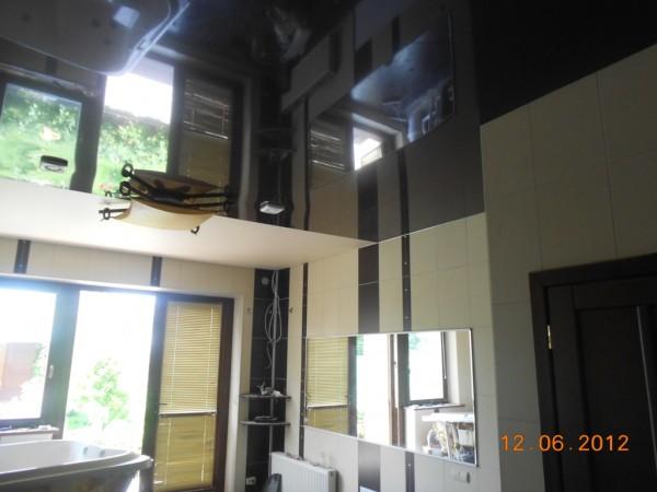 Ремонт санузла с использованием комбинированного натяжного потолка.