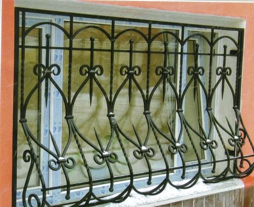 Решетки на окна кованые.