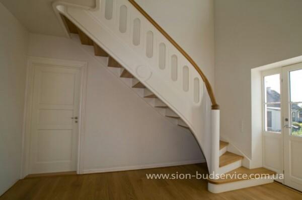 Лестница на деревянных тетивах.