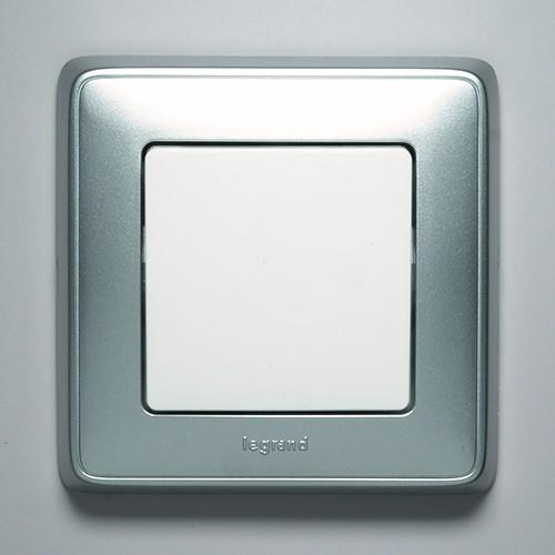 Серия Cariva. Выключатель белый, рамка алюминий