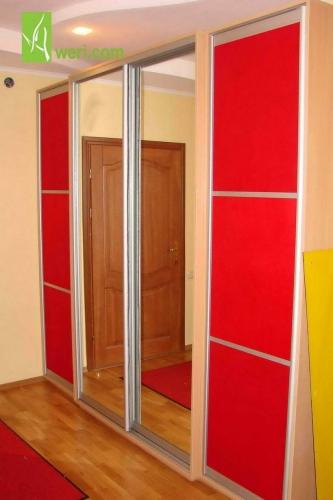Шкаф-купе с дверями, обтянутыми тканью.