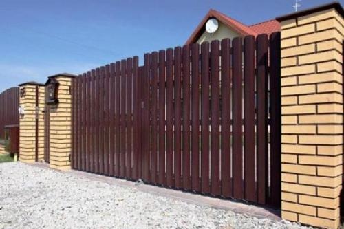 Штакетный забор. Ограждение изготовлено из оцинкованного металла и покрыто полимерным покрытием.
