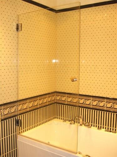 Стеклянная дверь на ванную