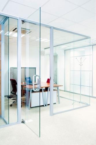 Стеклянные конструкции из каленого стекла: двери, перегородки, витражи, заборы, ограждения