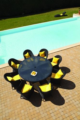 Стол и стулья из синтетического плетения