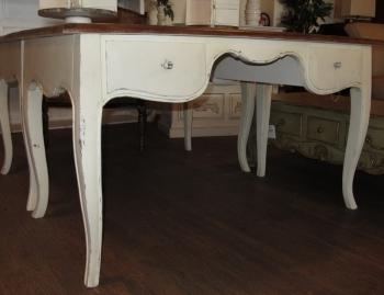 Стол письменный LAEWOP 3277. Материал:дерево тик. Цвет:белый, крышка стола-коричневая. Габариты:141х76х76.