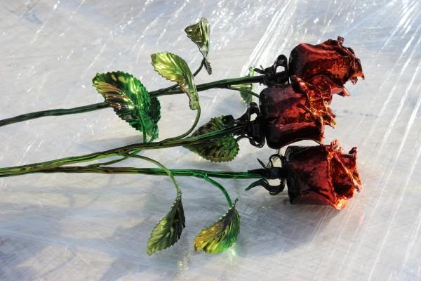 Сувенирные кованые розы - простой и утонченный подарок.