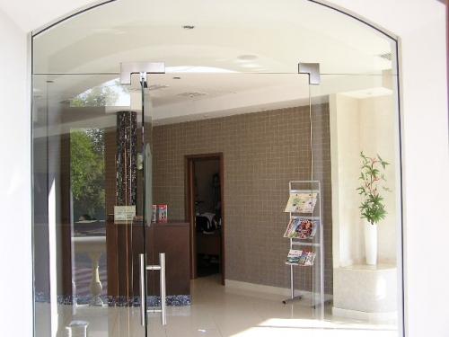 Цельные стеклянные безрамные двери и входные группы, Одесса