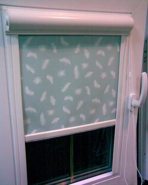 Тканинні ролети для мансандрних вікон , в закритому коробі .