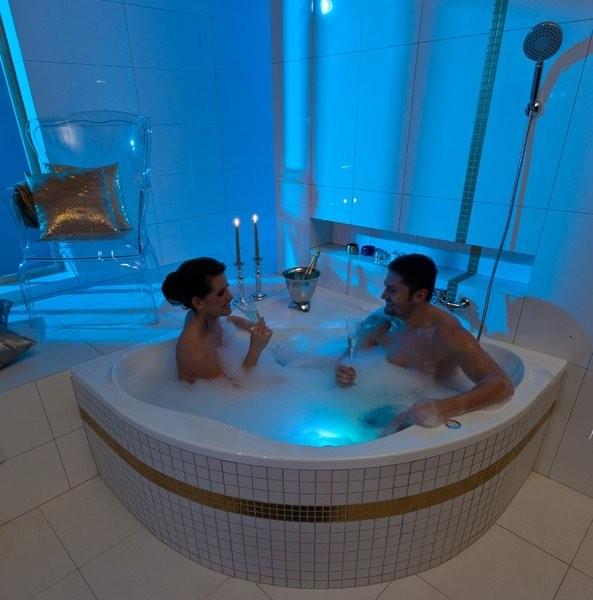 Угловая акриловая ванна NewDay Ravak двух местная с огромным внутренним пространством.