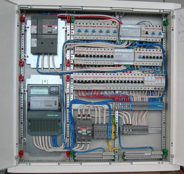 Установка автоматов, Подключение автоматического выключателя в современных квартирах, офисах, на предприятиях.