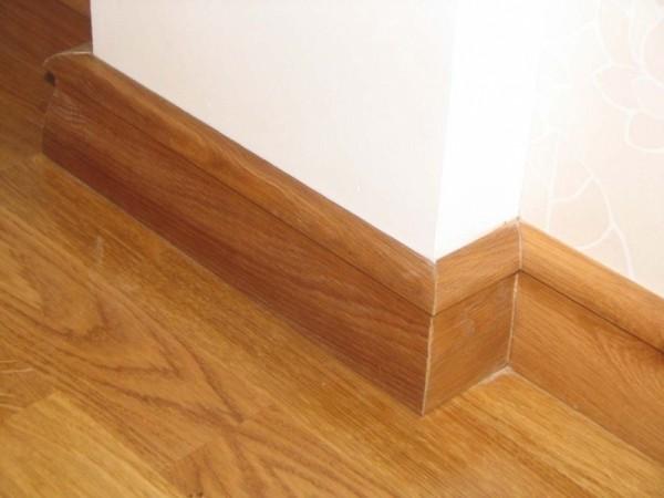 Установка плинтуса деревянного