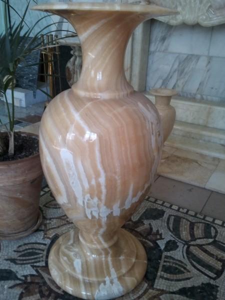 Ваза из желтого оникса 90 см. Размеры - высота 900 мм. Ширина в самой широкой части вазы - 400 мм.