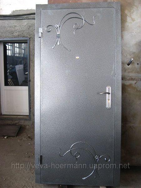 Вхідні двері металеві фарбовані з ковкою